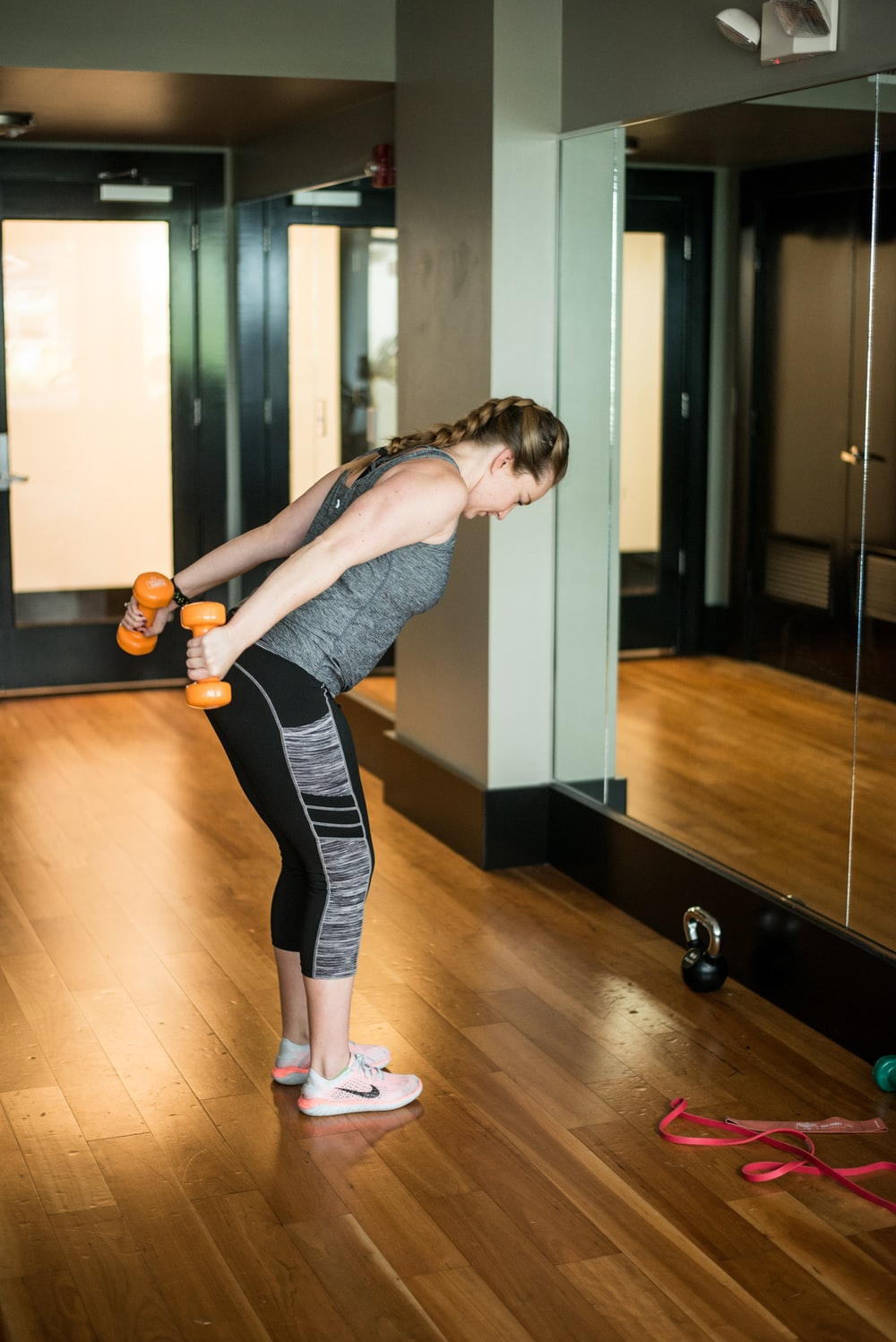 tricep oefening vrouw dumbbells